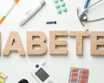слово діабет складене з дерев'яних літер