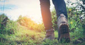 человек идёт по траве