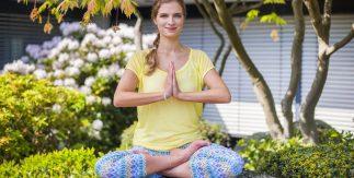 женщина медитирует в саду