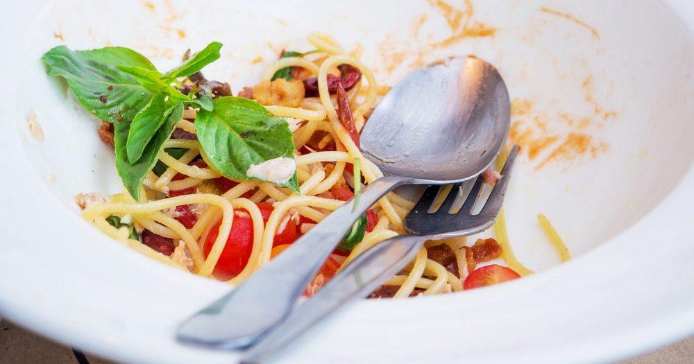 тарелка спагетти соус