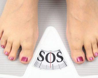 женщина измеряет вес